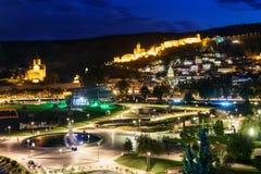 Ansicht von Rike Park Old-Stadt, von Metekhi-Brücke und von Kirche und von Narikala-Festung nachts Tbilisi, Georgia Lizenzfreies Stockfoto