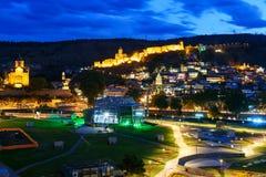 Ansicht von Rike Park Old-Stadt, von Metekhi-Brücke und von Kirche und von Narikala-Festung nachts Tbilisi, Georgia Lizenzfreie Stockbilder