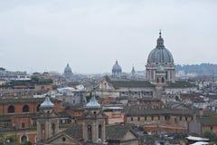 Ansicht von Rom von einem Hügel. Stockfotos