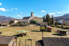 Ansicht von Romanesque Sans Vittore Kirche gelegen in der Stelle Canonica von Brezzo di Bedero über See Maggiore in der Provinz v lizenzfreie stockfotografie