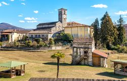 Ansicht von Romanesque Sans Vittore Kirche gelegen in der Stelle Canonica von Brezzo di Bedero über See Maggiore in der Provinz v lizenzfreies stockfoto