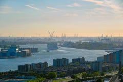 Ansicht von Rotterdam-Stadt und von Fluss Nieuwe Maas lizenzfreie stockbilder