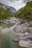 Ansicht von ruhigem Gebirgsfluss Stockbilder