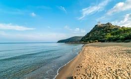 Ansicht von ruhigem See und Punta-Ala setzen in Toskana, Italien auf den Strand stockfoto