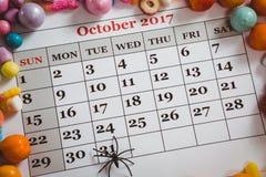 Ansicht von Süßigkeiten mit Dekoration auf Kalender Stockfotos