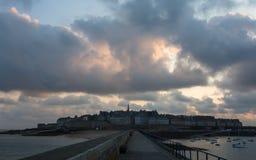 Ansicht von Saint Malo bei Sonnenaufgang lizenzfreies stockbild