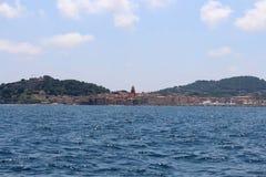 Ansicht von Saint-Tropez und der Golf vom Meer Saint-Tropez, Provence-Alpes-CÃ'te d 'Azur, südöstliches Frankreich lizenzfreie stockfotos