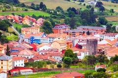 Ansicht von Salas mit Schloss Stockfoto