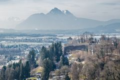 Ansicht von Salzburg und von Alpen stockfotos