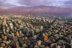 Ansicht von Santiago de Chile mit Gebirgszug Los Anden in der Rückseite Lizenzfreies Stockfoto