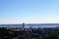 Ansicht von Saratow und Volga von einer Aussichtsplattform vom Sieg parken Stockfotografie