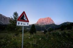 Ansicht von Sassolungo mit Verkehrsschild herein das forground lizenzfreie stockbilder