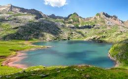 Ansicht von See Estaens in den Pyrenäen-Bergen lizenzfreie stockbilder