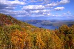 Ansicht von See George, NY im Herbst von der Gebirgsspitze Stockbild