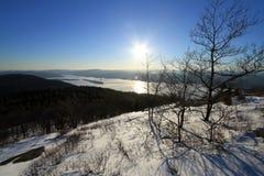 Ansicht von See George, NY im Winter von der Gebirgsspitze Stockbild