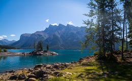Ansicht von See Minnewanka in Rocky Mountains Stockfotografie