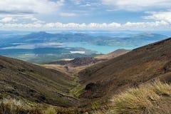 Ansicht von See Rotoaira und von See Taupo von alpiner Kreuzungswanderung Tongariro mit Wolken oben lizenzfreies stockfoto