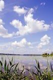 Ansicht von See und von Himmel. Lizenzfreies Stockfoto