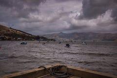 Ansicht von Segelbooten am düsteren Tag stockbilder