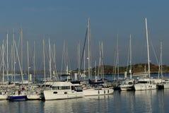 Ansicht von Segelbooten und von Motorbooten koppelte am Jachthafen von Lorient, Bretagne, Frankreich an Stockfotos