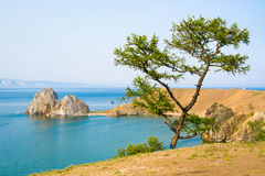 Ansicht von Shamanka-Felsen, Kap Burhan auf Olkhon-Insel See Baikal, Russland stockbild
