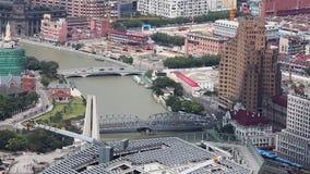 Ansicht von Shanghai-Stadt mit einigen Br?cken, die einen Fluss, Shanghai, China ausstreuen stock video