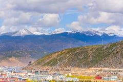 Ansicht von Shangri-La Stadt gelegen im Tal von Schneebergen stockfotografie