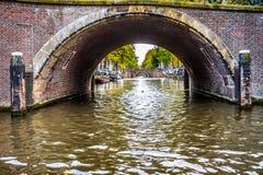 Ansicht von sieben alten Brücken der Jahrhunderte in einer Gerade über dem Reguliersgracht, angesehen von einem Kanalboot in Amst lizenzfreies stockfoto