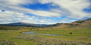 Ansicht von Slough-Nebenfluss unter Federwolkekumuluswolken in Lamar Valley von Yellowstone Nationalpark in Wyoming Stockfoto