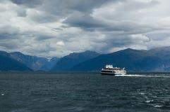 Ansicht von Sognefjord mit dem Bootssegeln weg Lizenzfreies Stockfoto