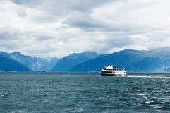 Ansicht von Sognefjord mit dem Bootssegeln weg Stockbilder