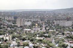 Ansicht von Sokolova des Berges auf der Stadt und des Tempels der Abdeckung von der Mutter des Gottes Lizenzfreie Stockbilder