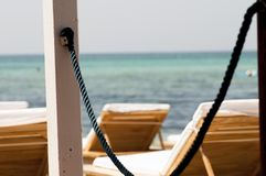 Ansicht von Sonnenbetten auf dem Strand stockfotos
