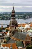 Ansicht von St. Peter Church zur Kathedrale und zum Kabel-gebliebenen bri Lizenzfreies Stockfoto