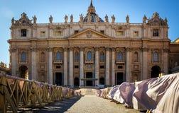Ansicht von St Peter Haube in Vatikan Sch?ne alte Fenster in Rom (Italien) lizenzfreie stockfotografie