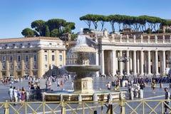 Ansicht von St- Peter` s Quadrat mit dem alten Brunnen - Vatikanstadt stockfoto