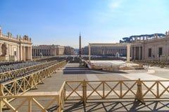 Ansicht von St- Peter` s Quadrat vom Eingang zur Kathedrale Lizenzfreies Stockfoto