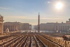 Ansicht von St- Peter` s Quadrat von der Kathedrale Stockfotografie