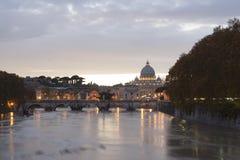 Ansicht von St- Petersbasilika und von St.-Engelsbrücke Stockfotografie