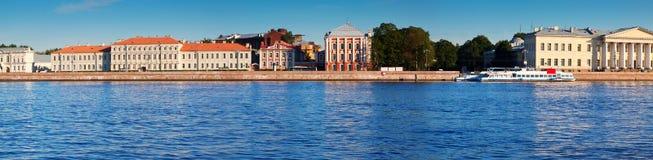 Ansicht von St Petersburg Universitetskaya-Damm Stockfotografie