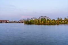 Ansicht von Stadtbild mit Eisenbahnbrücke in Riga, Lettland, auf blauer Stunde, Dämmerung mit einem freien Raum für Text, Konzept stockbilder
