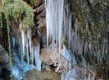 Ansicht von Stalaktiten und von Stalagmiten des Eises am Eingang einer Höhle Lizenzfreies Stockbild