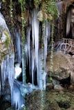 Ansicht von Stalaktiten und von Stalagmiten des Eises am Eingang einer Höhle Lizenzfreies Stockfoto