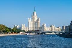 Ansicht von Stalin-` s Wolkenkratzer auf Kotelnicheskaya-Damm von MOS Stockfotos