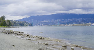 Ansicht von Stanley Park nach Nord-Vancouver - VANCOUVER - KANADA - 12. April 2017 Lizenzfreie Stockfotos
