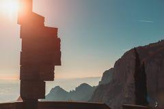 Ansicht von Steinmonument und Morgen Montserrat-Bergen lizenzfreie stockfotos