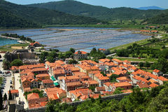 Ansicht von Ston-Stadt vom Verteidigungswall, Peljesac-Halbinsel, kroatisch stockfoto