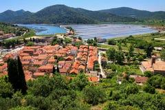 Ansicht von Ston-Stadt vom Verteidigungswall, Peljesac-Halbinsel, kroatisch lizenzfreie stockfotos