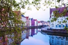 Ansicht von Straße Dijver Spiegelrei vom Fluss Stockfotografie