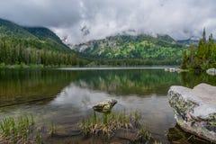 Ansicht von Taggart Lake mit Felsen und seichtem Wasser stockfoto